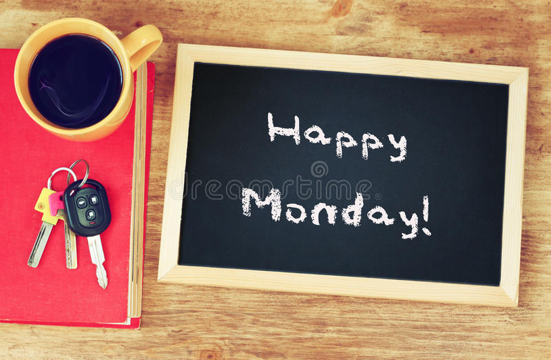 Cronometri, tazza di caffè e lavagna con la frase lunedì felice! immagine stock