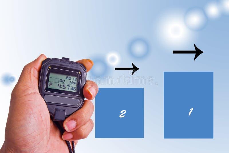 Cronometro della tenuta della mano contro un fondo astratto fotografie stock libere da diritti