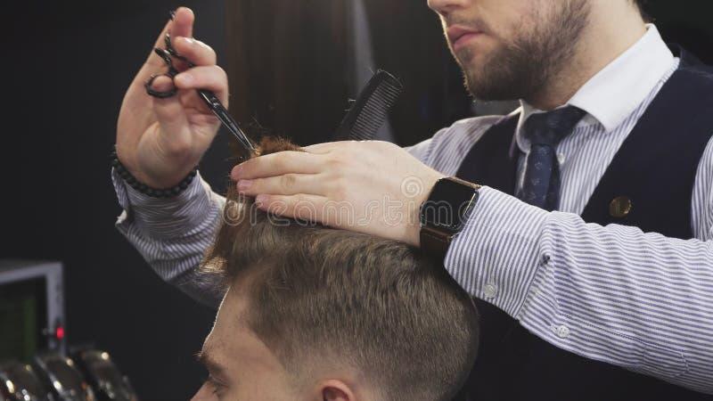 Cropepd disparou de um cabelo profissional do corte do barbeiro de seu cliente masculino fotos de stock