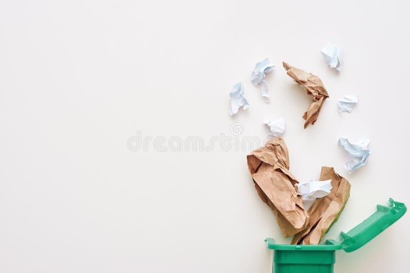 Cropped fotografia papierowy grat Miie papier spada przetwarza kosz obrazy stock
