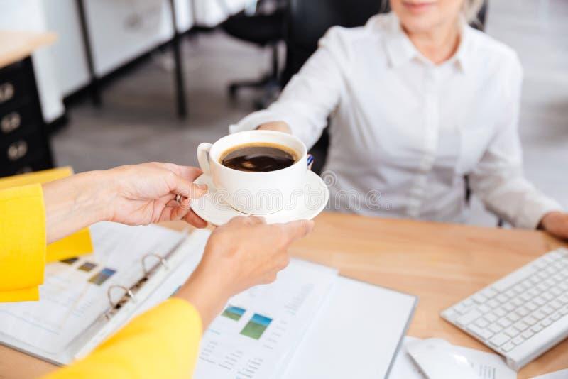секретарша приносит кофе фото смотреть