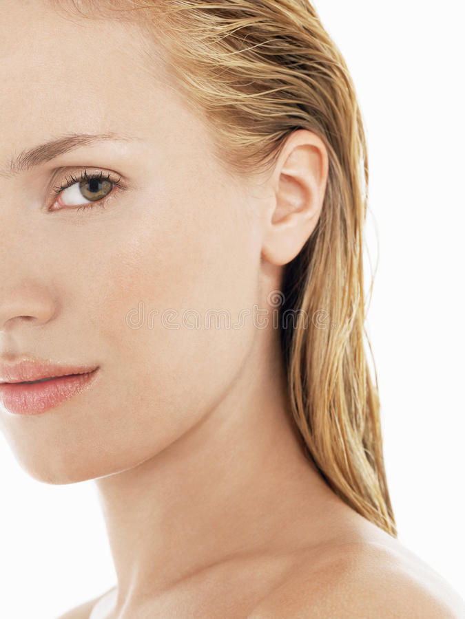 Cropped młoda kobieta Z Mokrym blondynka włosy zdjęcie stock