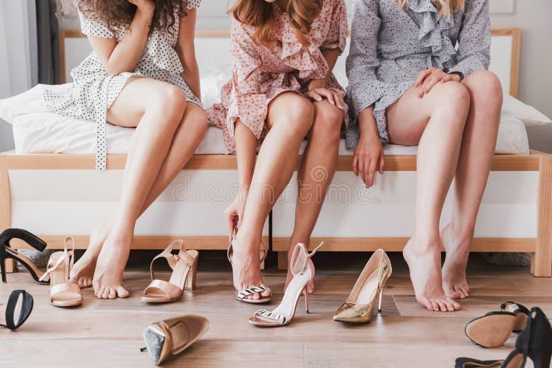 Cropped obrazek caucasian mod dziewczyny 20s jest ubranym suknie t obraz stock