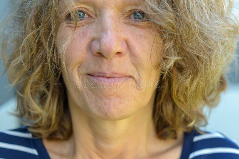 Cropped portret atrakcyjna starsza kobieta zdjęcia stock