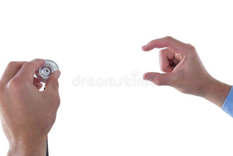 Cropped ręka na doktorskim mienie stetoskopie podczas gdy używać niewidzialnego interfejs fotografia royalty free