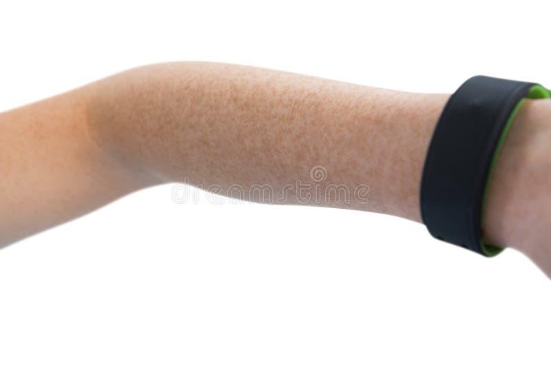 Cropped ręka na kobiecie z sprawność fizyczna zespołem zdjęcia royalty free