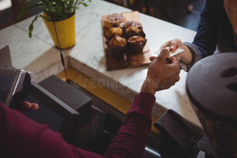 Cropped ręka robi zapłacie właściciel w kawiarni klient obraz stock