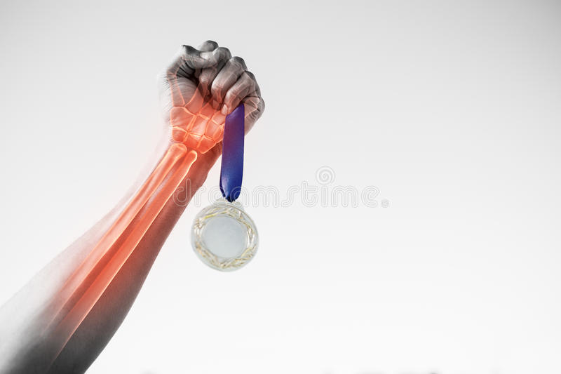 Cropped ręka sportsperson mienia złoty medal obrazy royalty free