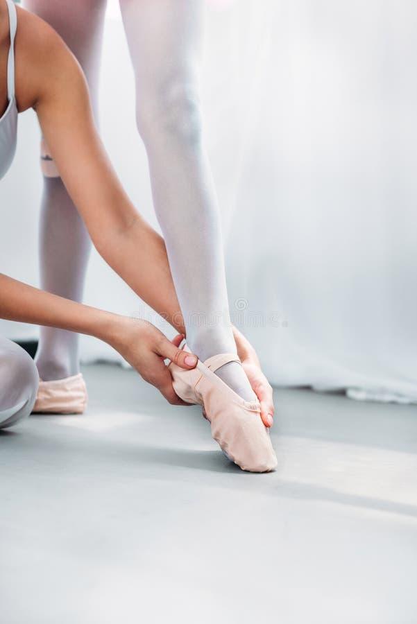cropped strzał ćwiczy z małą baleriną w pointe butach kobieta zdjęcie royalty free