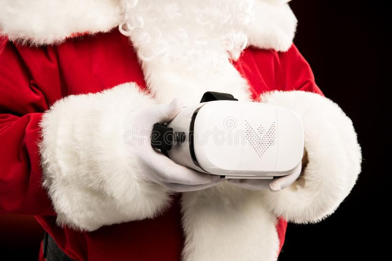 Cropped strzał Święty Mikołaj mienia rzeczywistości wirtualnej słuchawki zdjęcia royalty free