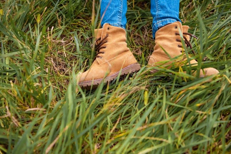 cropped strzał dziecięce nogi w butach fotografia royalty free
