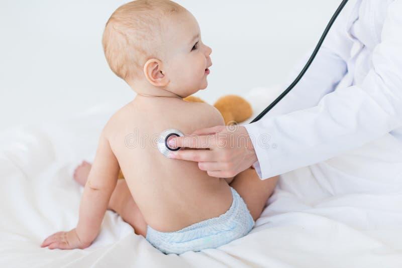 Cropped strzał egzamininuje chłopiec z stetoskopem medyczny pracownik zdjęcia stock