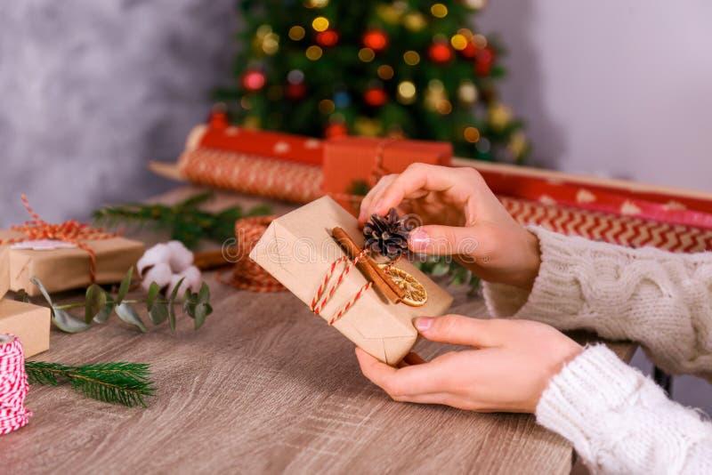 Cropped strzał kobiety narządzanie dla bożych narodzeń, zawija ręcznie robiony prezentów pudełka zdjęcie royalty free