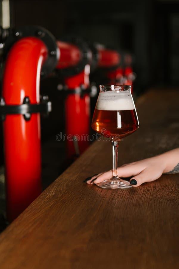 cropped strzał ludzka ręka z szkłem świeży piwo obrazy stock