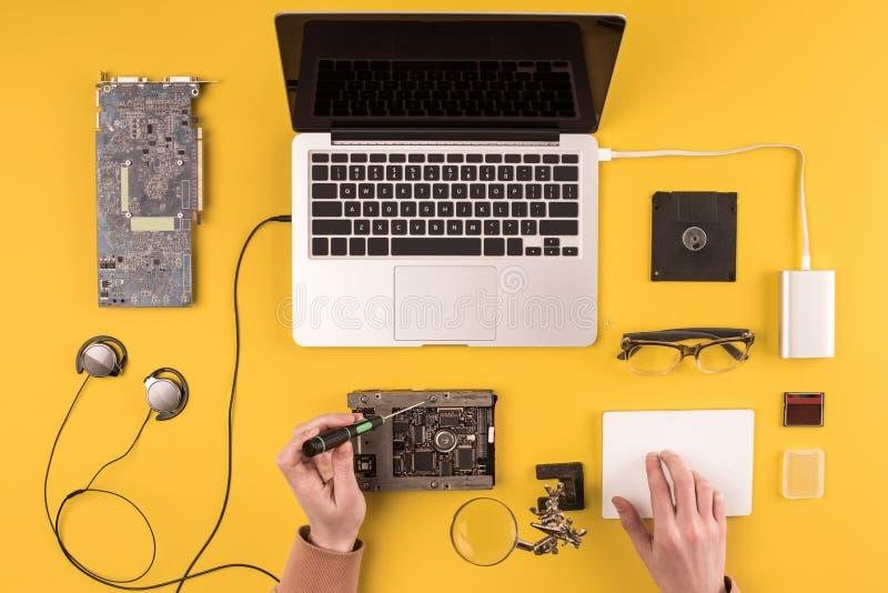 Cropped strzał osoby naprawiania laptop fotografia stock