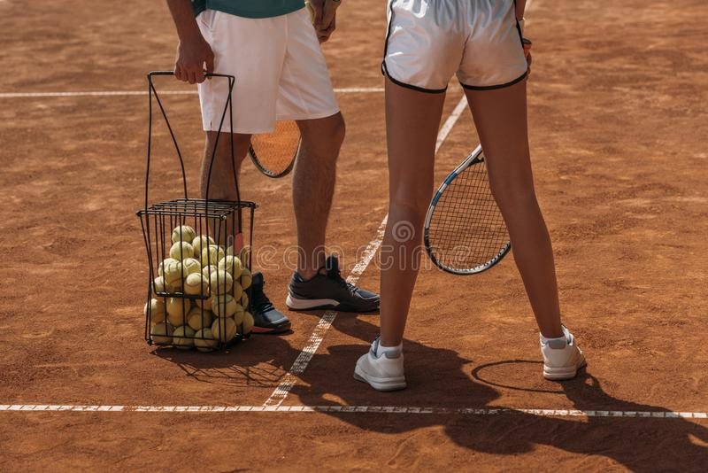 cropped strzał para w sportswear przygotowywającym bawić się tenisa obraz stock