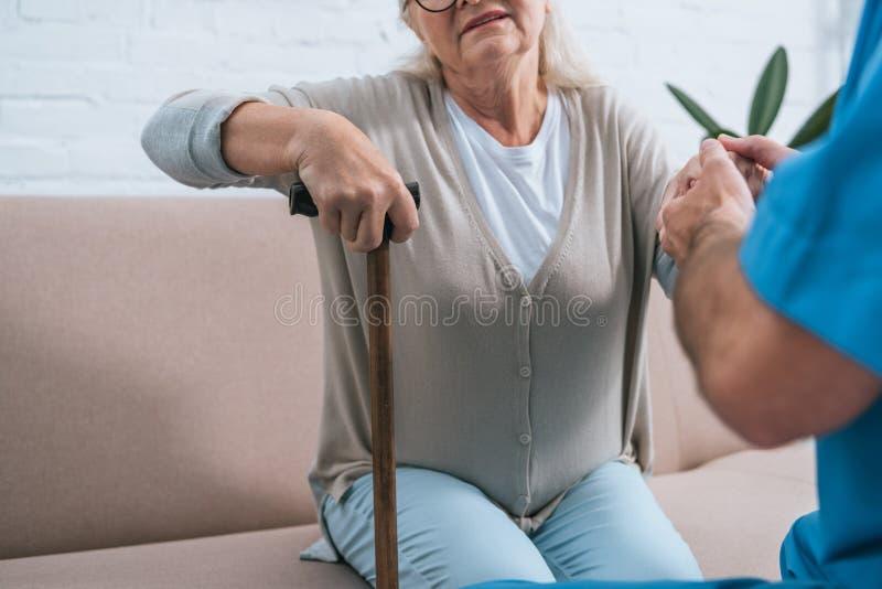 cropped strzał pomaga starszej kobiety męska pielęgniarka zdjęcie royalty free