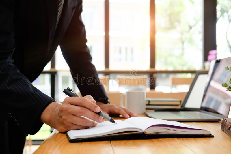 Cropped strzał pracuje z notatnika papieru analizą biznesmen zdjęcie stock