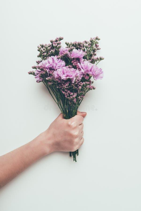 Cropped strzał trzyma pięknego eleganckiego bukiet czuli kwiaty osoba zdjęcia stock