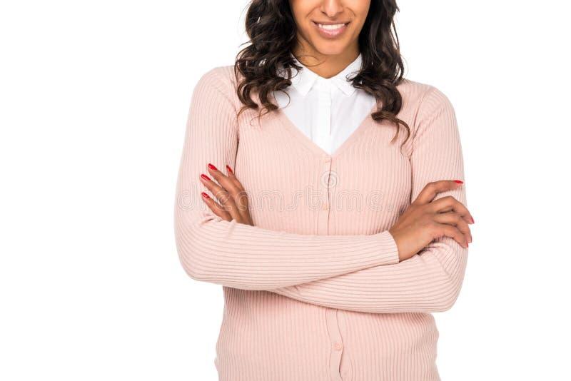 cropped strzał uśmiechnięta amerykanin afrykańskiego pochodzenia kobiety pozycja z krzyżować rękami zdjęcia stock