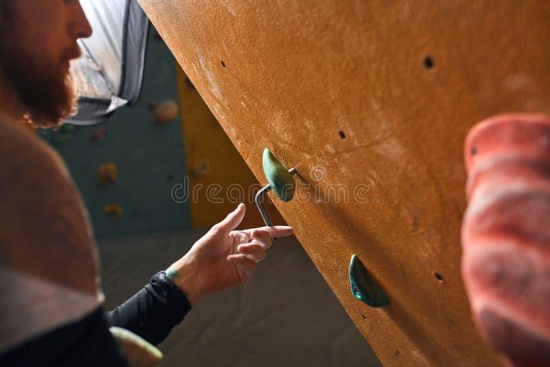 Cropped strzał unrecognizable boulderer narządzania skały ściana dla szkoleń zdjęcie stock