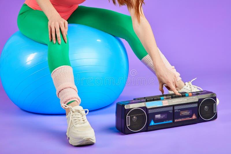 Cropped strzał unrecognizable sprawności fizycznej kobieta obraca dalej jej retro przenośnego kaseta gracza obraz stock