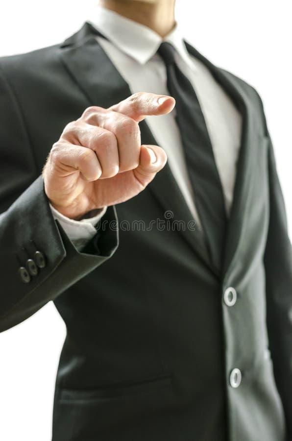 Biznesowy mężczyzna dotyka wirtualnego ekran zdjęcie stock
