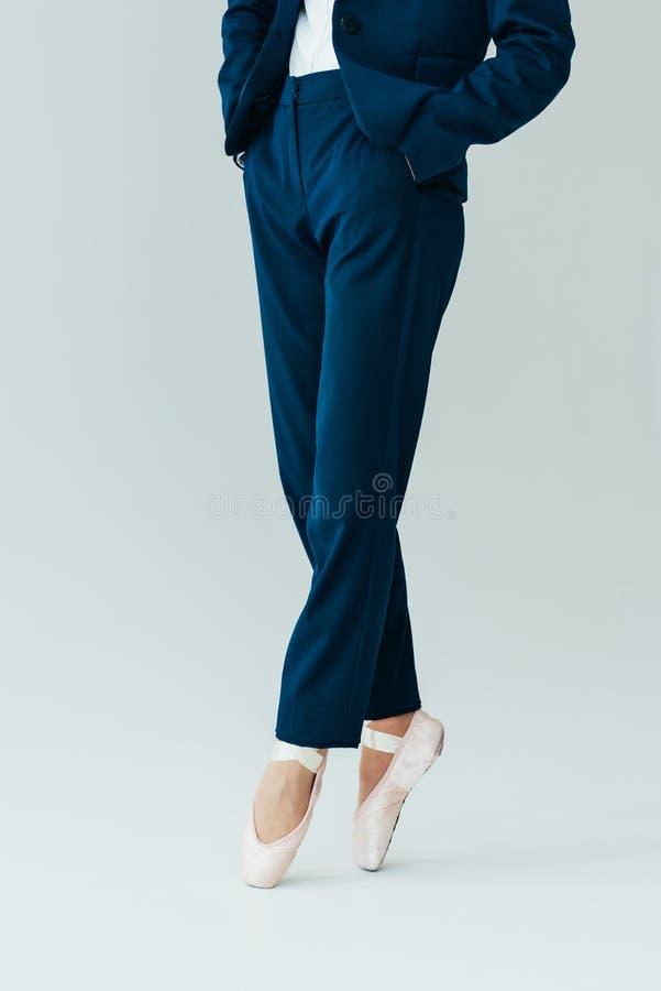 cropped widok bizneswoman w baletniczych butach, obraz stock