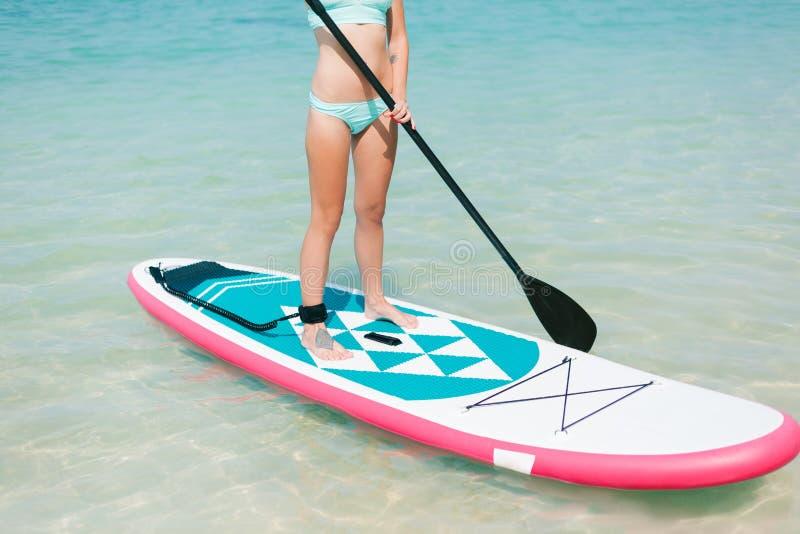 cropped widok kobieta dalej stoi up paddle deskę na morzu obrazy royalty free