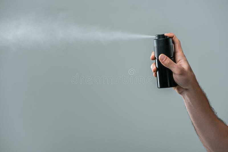 cropped widok mężczyzna opryskiwania dezodorant, obraz royalty free