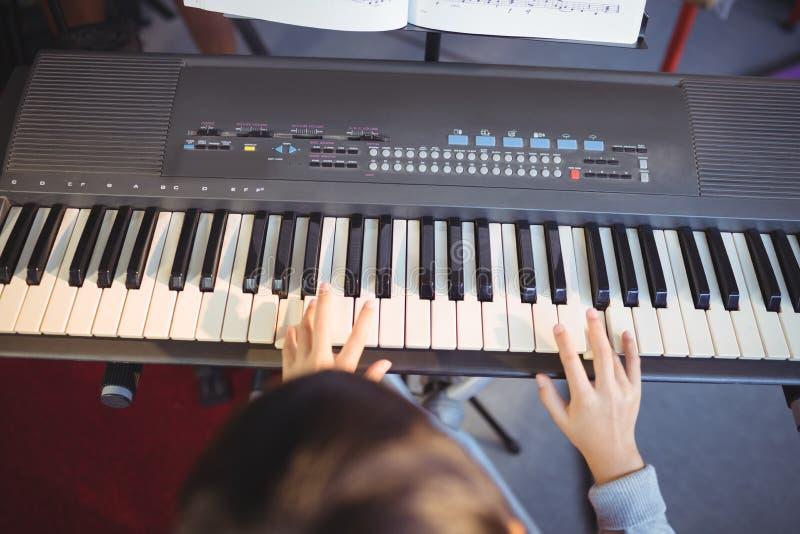 Cropped wizerunek bawić się pianino dziewczyna obraz royalty free