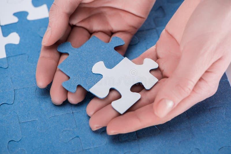 cropped wizerunek bizneswomanu gromadzić błękit biel i intryguje wpólnie, obrazy stock