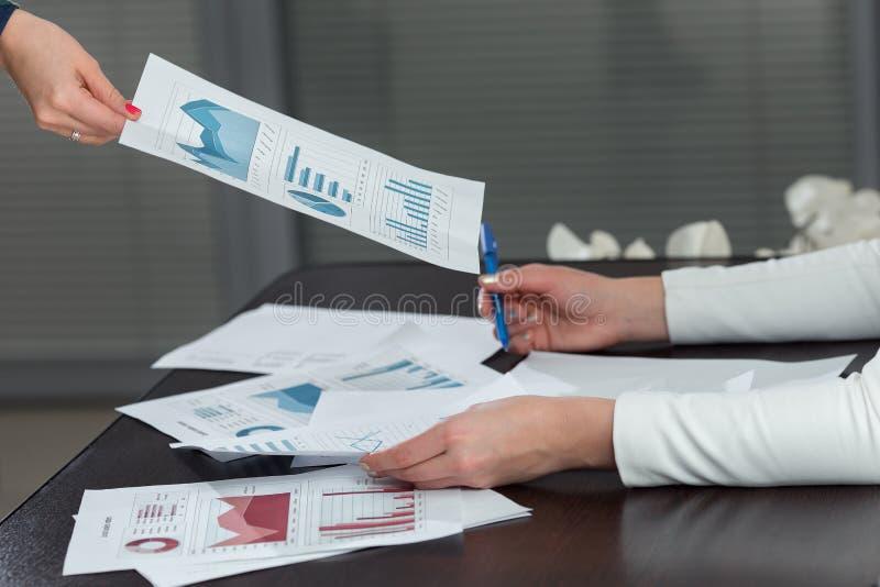 Cropped wizerunek daje postęp mapie kolega przy biurkiem w biurze biznesowa kobieta obrazy royalty free