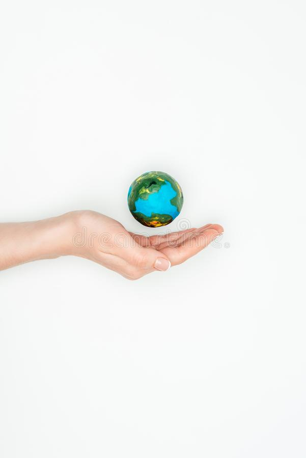cropped wizerunek kobiety mienia ręka blisko ziemskiego modela ilustracja wektor