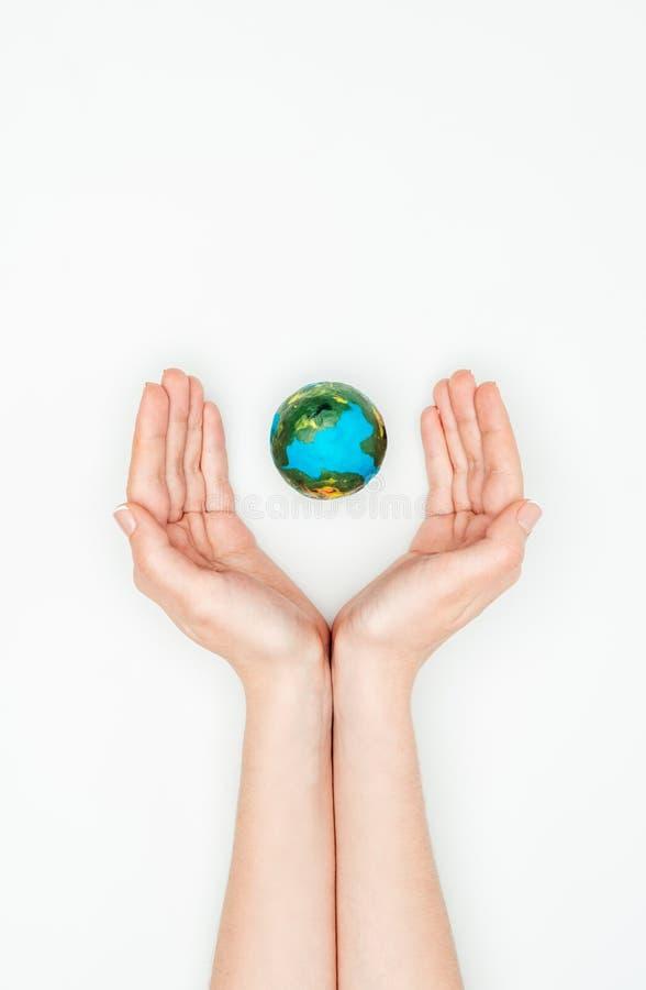 cropped wizerunek kobiety mienia ręki wokoło ziemskiego modela zdjęcie stock