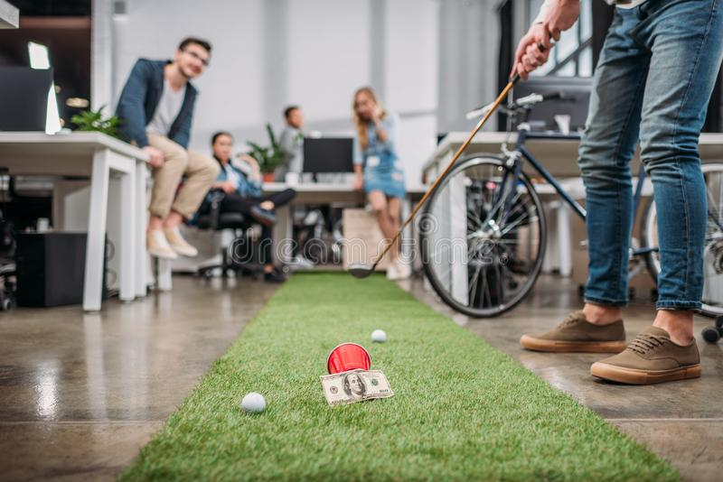 cropped wizerunek ludzie bawić się w mini golfie przy nowożytnym fotografia stock