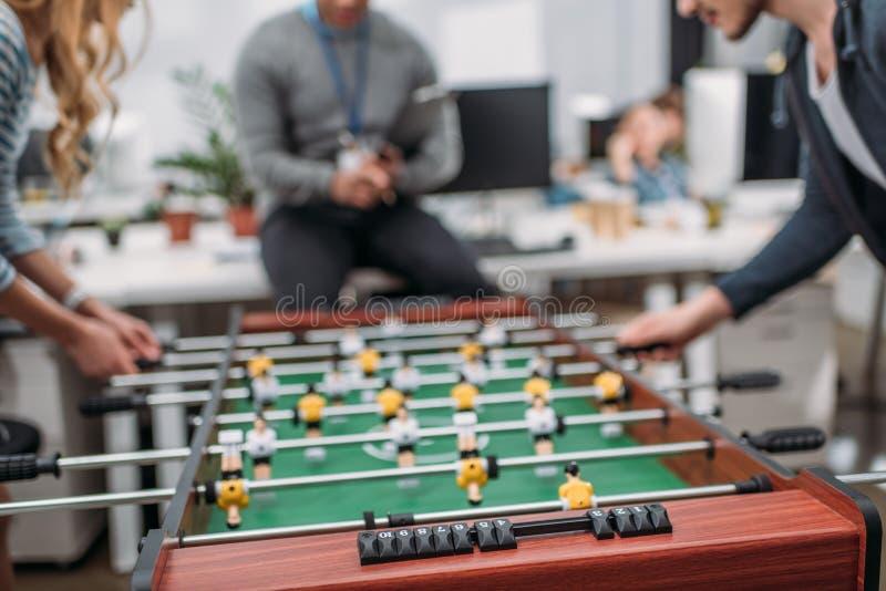 cropped wizerunek ludzie bawić się w stołowej piłce nożnej obraz stock