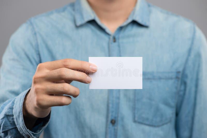 Cropped wizerunek mężczyzna trzyma białą wizytówkę obraz stock