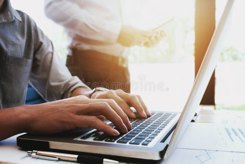 Cropped wizerunek przystojni biznesmeni używa laptop przy biurem obraz royalty free