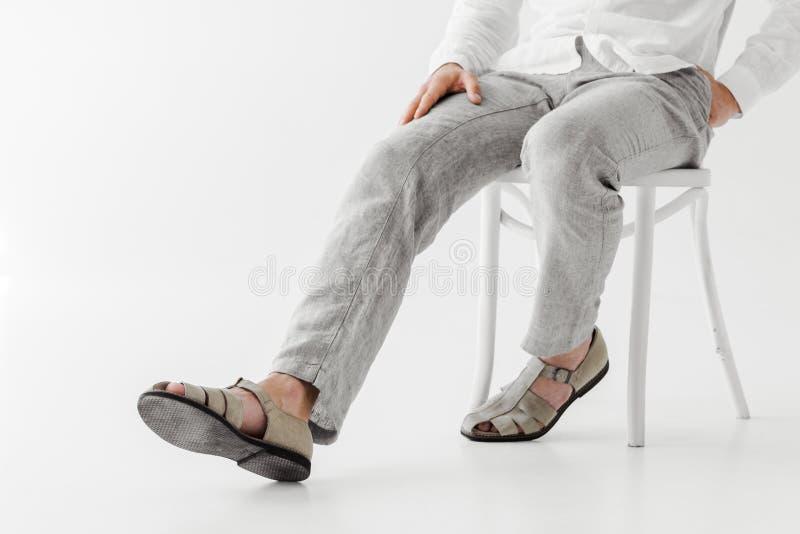 cropped wizerunek samiec model w pościeli odzieżowym obsiadaniu na krześle zdjęcie royalty free