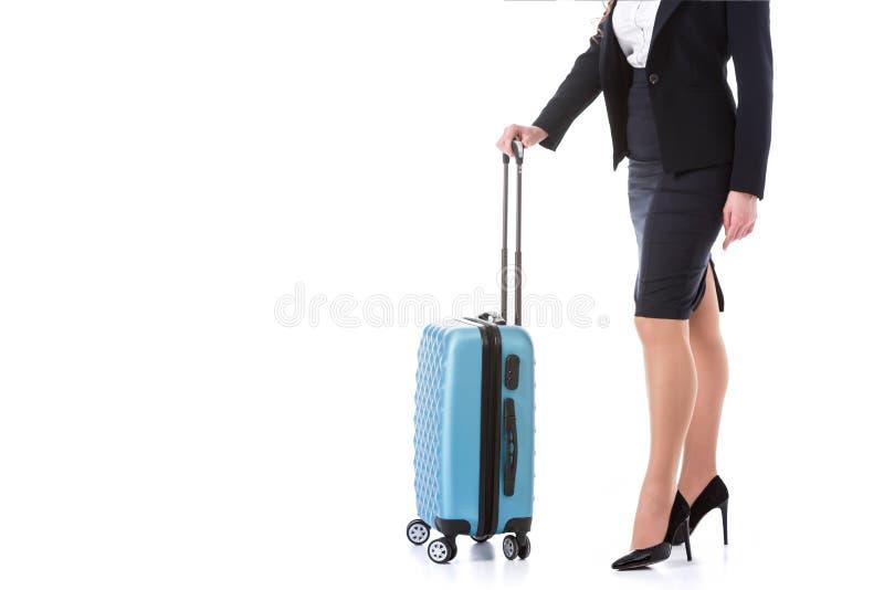 cropped wizerunek stewardesa z kołową torbą zdjęcia stock