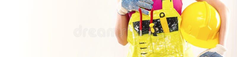 Cropped wizerunku pracownika budowlanego mienia hardhat fotografia stock