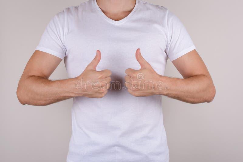 Cropped zamknięty up pracowniany fotografia portret błogi szczęśliwy ładny przystojny facet demonstruje dwa palca up z rękami odi obraz stock