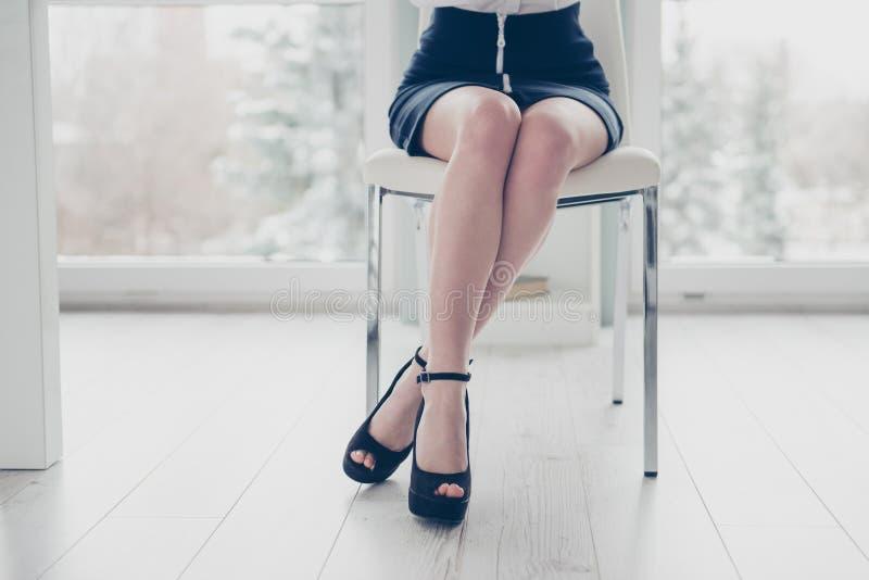Cropped zamknięty w górę fotografii pięknej jej biznesowa dama składająca iść na piechotę biodra siedzi comfy wygodnego krzesła p zdjęcia stock