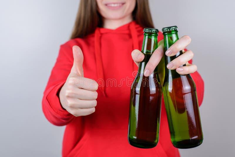 Cropped zbliżenie fotografia pozytywny rozochocony dosyć ufny zadowolony reklamowy millenial używa thumbup chwyta szkło w ręce obrazy stock