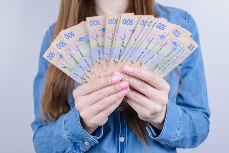 Cropped zbliżenie fotografia Ukraine pieniądze mienie w ręki pięknej damy popielatym tle zdjęcia royalty free