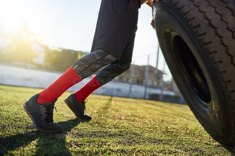 Cropped zbliżenie strzał mięśniowy męski trzepnięcie ćwiczy outdoors w stadium Odbitkowa przestrzeń dla twój reklamowego teksta s zdjęcie royalty free