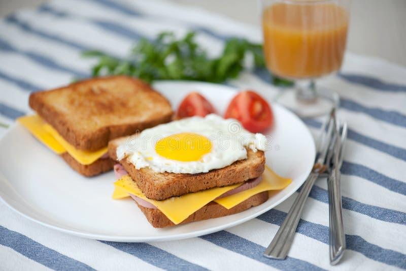 Croque三明治女士-用火腿、乳酪和煎蛋 库存照片