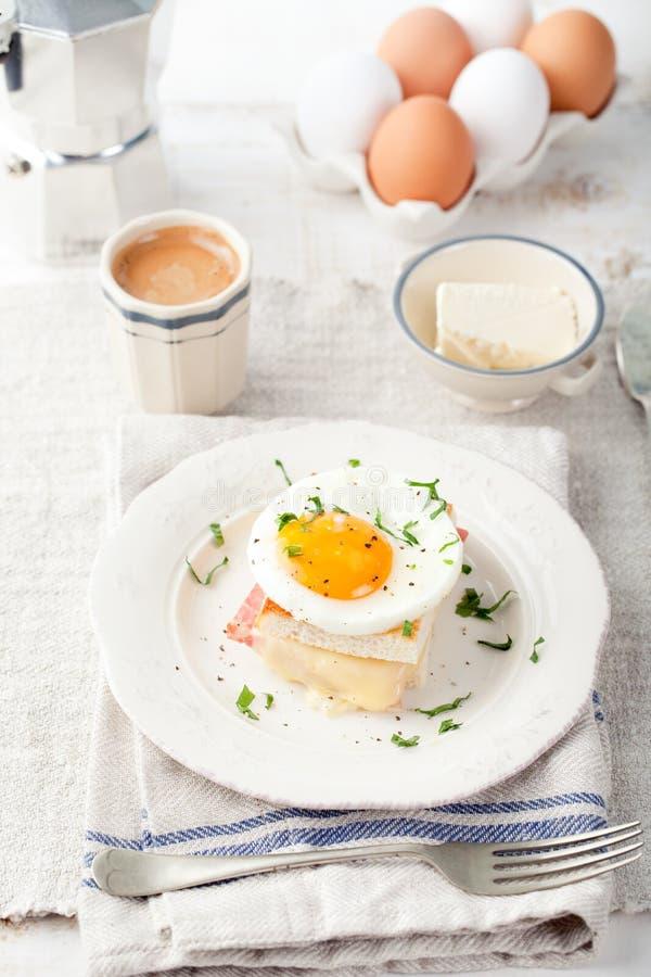 Croque鸡蛋,火腿,乳酪三明治女士, 传统法国烹调 免版税库存图片