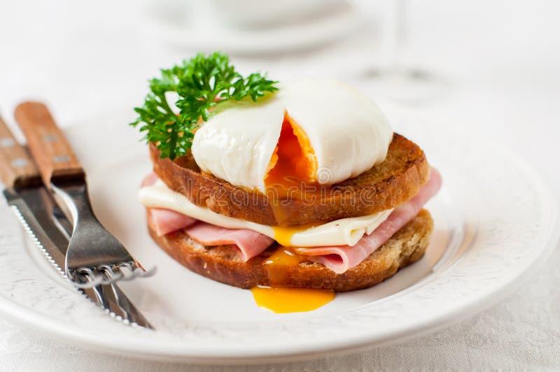 Croque madame, Francuska grzanka z jajkiem fotografia stock